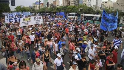 Organizaciones políticas y sociales invadieron la 9 de Julio.
