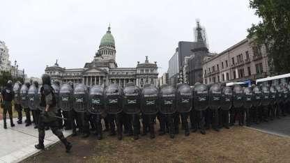 Las fuerzas de seguridad impidieron el avance de los manifestantes.