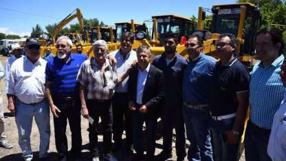 El gobernador Cornejo entregó ayer maquinaria en Junín.
