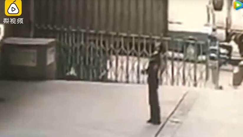 Intentó salvar a suicida y ¡murió aplastado — Fuertes imágenes