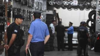 Policías e inspectores coparon una gomería donde constataron irregularidades.