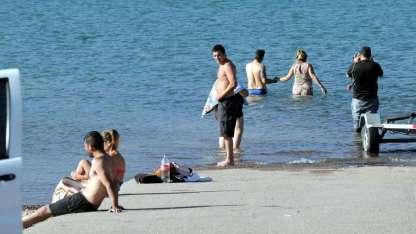 En el embalse Potrerillos no está permitido meterse al agua a nadar porque es peligroso. Pero muchos lo hacen.