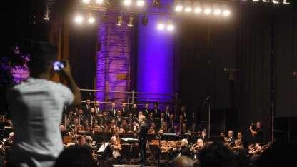 La Filarmónica, el Coro Universitario y los solistas, anoche, frente a la Casa de Gobierno.