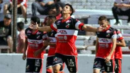 Lucas Masoero festeja su gol frente a Huracán en Las Heras. El marcador central fue de menor a mayor.
