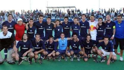 El equipo campeón, su cuerpo técnico y su mascota. Todos sonríen para la posteridad en  el Estadio del parque San Vicente.