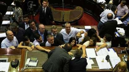 Diputados kirchneristas, massistas y de la izquierda, insultan y agreden al presidente de Diputados, Emilio Monzó.