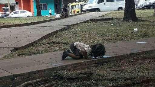 La foto de la nena que toma agua del piso — Duro testimonio
