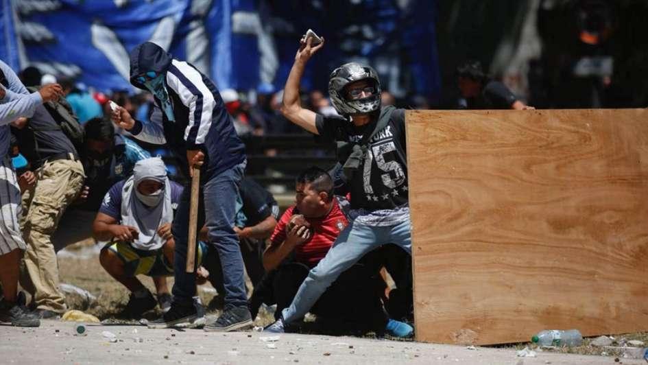 Manifestantes lanzan botellas y piedras contra la policía — Reforma previsional