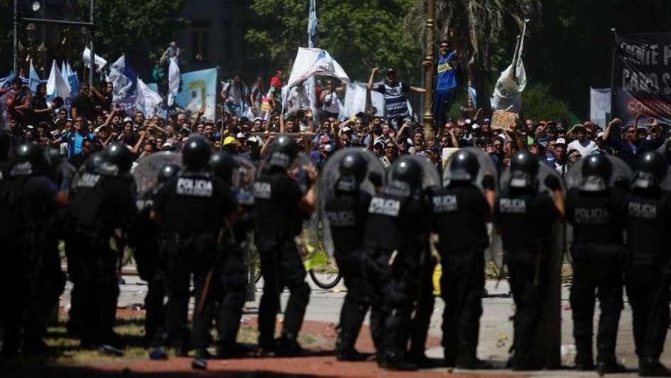 Reforma previsional: manifestantes lanzan botellas y piedras contra la policía