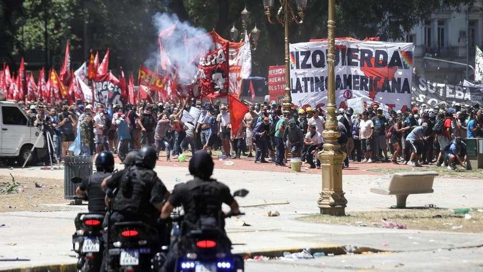 Caos y tensión fuera del Congreso: decenas de policías heridos y casi 90 detenidos
