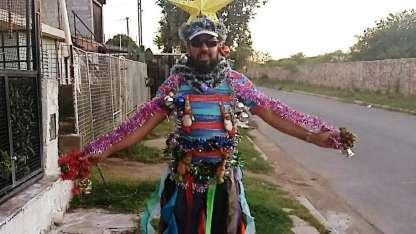 Se vistió de arbolito de Navidad para saludar a los vecinos y repartir buena onda