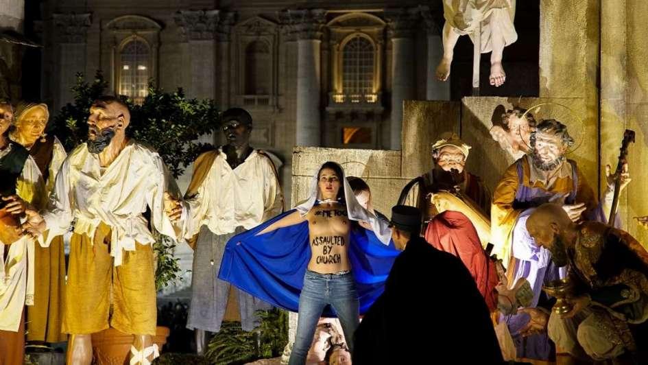 Mujer semidesnuda intenta robar al Niño Dios en el Vaticano