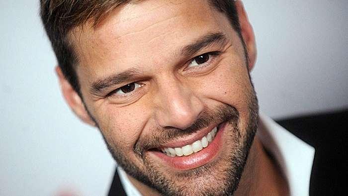 Ricky Martin celebra su cumpleaños posando en traje de baño