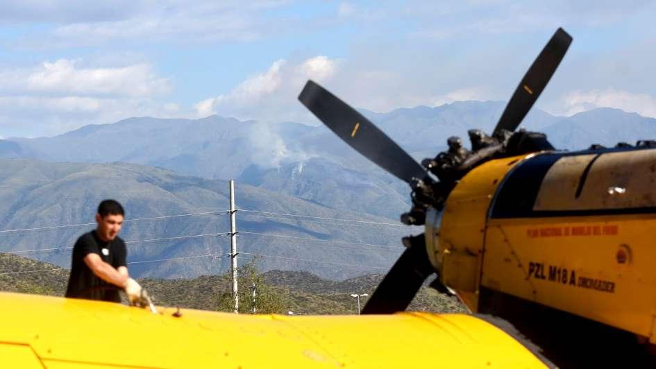 Intentan controlar un incendio cerca del cerro Arco