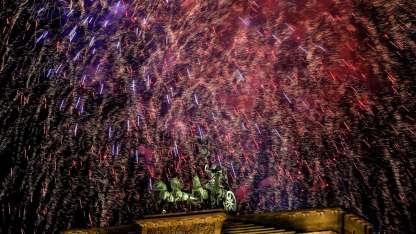 Los fuegos artificiales en la tradicional Puerta de Brandenburgo, Berlín. /AP