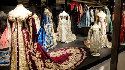 Para garantizar la conservación de los vestidos, extremadamente frágiles, el ambiente está climatizado a 21°.