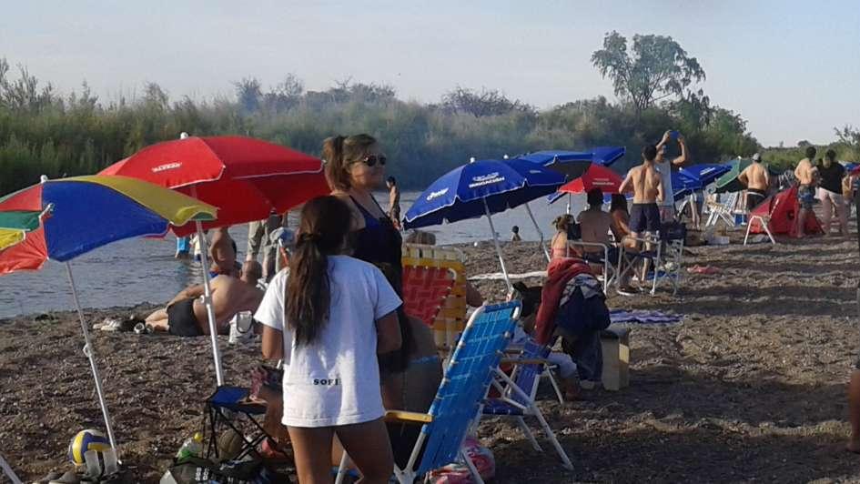 Los alvearenses ya disfrutan de una playa junto al río Atuel