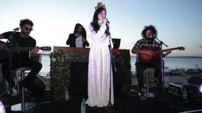 Cande Tinelli en su debut como cantante