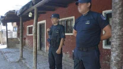 Los oficiales custodian la finca donde fue hallado el cuerpo de José Federico Alvarez.