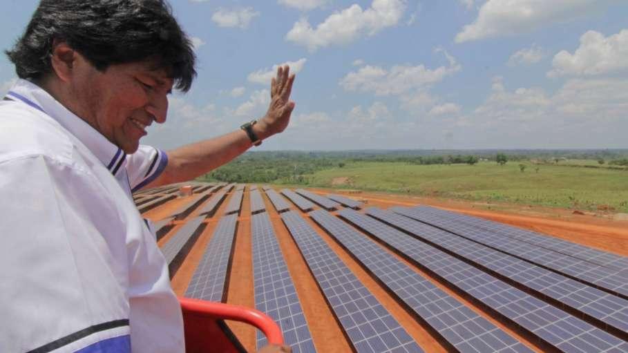 Morales inspecciona planta fotovoltaica de Uyuni que aportará 60 megavatios al SIN