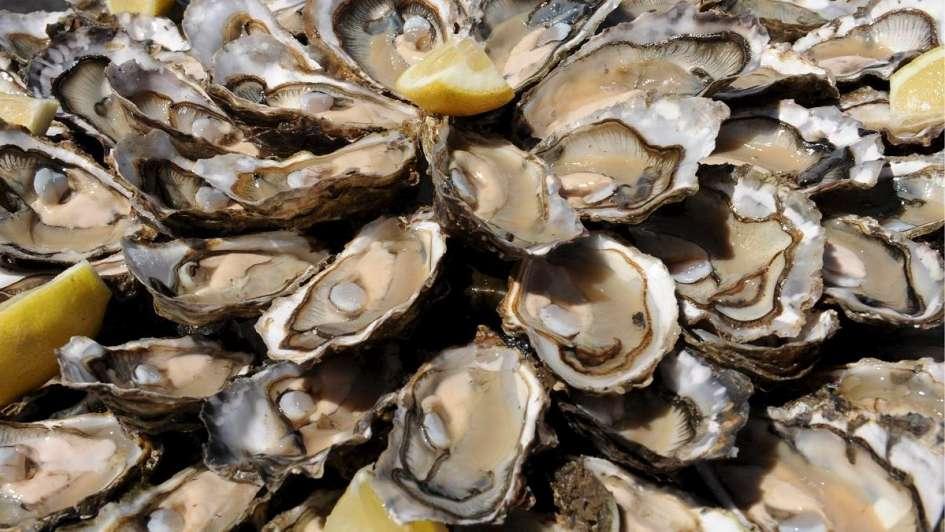 Muere mujer devorada por bacterias por comer ostras crudas