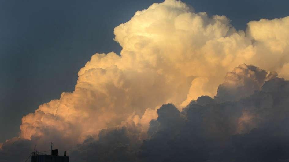 Cielo gris y lluvias durante todo el día — Para quedarse adentro
