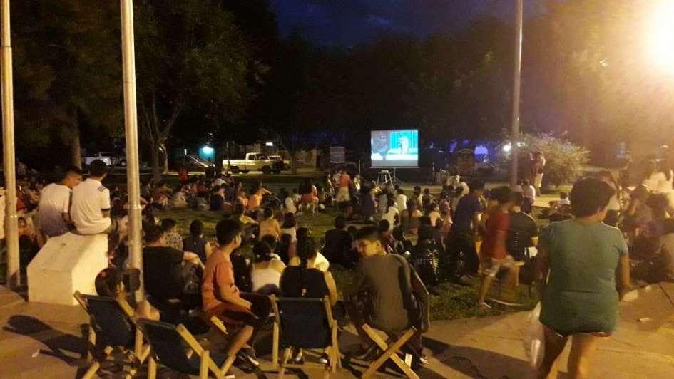 Policías sorprendieron a los vecinos del barrio Pedro Molina con un cinemóvil