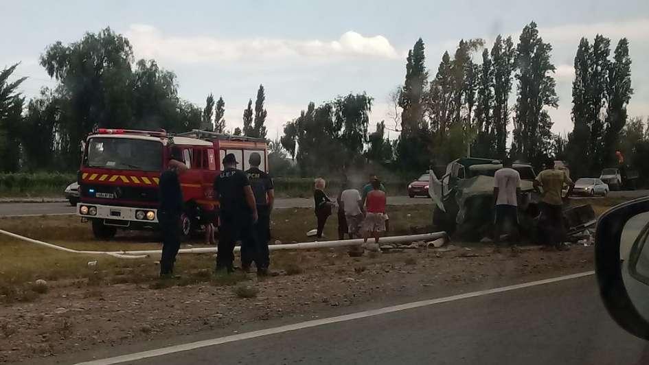 Tremendo accidente en Acceso Sur: un camión cargado de piedras chocó contra un poste luz