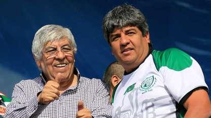 Hugo Moyano (derecha), junto a su hijo Pablo, secretario general de Camioneros.