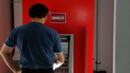 El cambio es que los bancos pueden actuar sobre las cuentas de trabajadores.