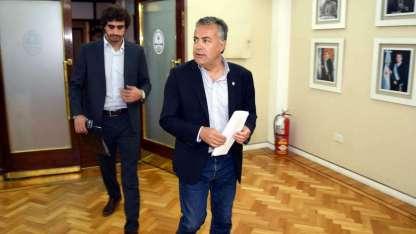El gobernador Cornejo y el subsecretario Mema, minutos antes del anuncio del proceso licitatorio del transporte público.