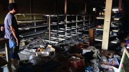Además de ser saqueados, algunos comercios fueron incendiados. Los propietarios se defienden a balazos.