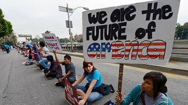 Los jóvenes inmigrantes en EEUU se debaten en la incertidumbre - Por Vivian Yee