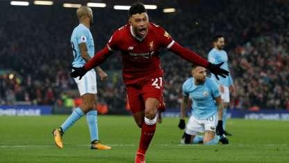Alex Oxlade-Chamberlain festeja uno de los goles del Liverpool.