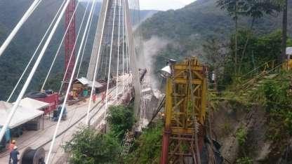 Los obreros estaban sobre el puente cuando colapsó.
