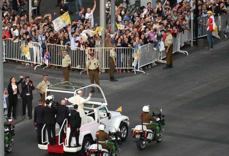 Hombre fallece mientras esperaba el paso del Papa Francisco