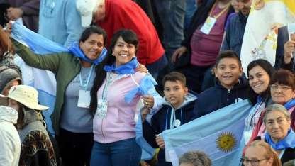 Los fieles argentinos mostraron sus banderas y, con mate en mano, se instalaron desde la madrugada de ayer en el Parque.