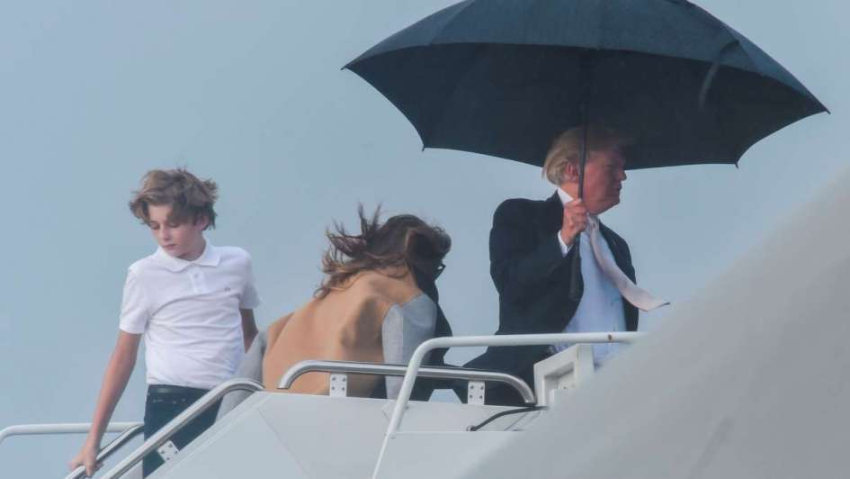 Abandona Trump a su suerte a esposa e hijo en la lluvia