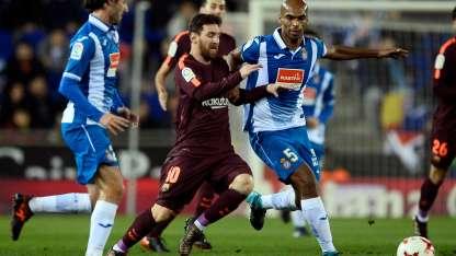 Diego López, arquero del Espanyol, le atajó un penal a Messi.