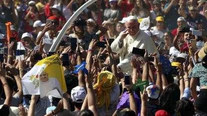 """En el sitio donde tuvo lugar la Batalla de Maipú, el Papa pidió a los jóvenes """"cargar"""" el corazón como lo hacen con el celular."""