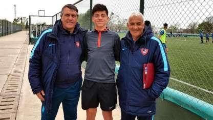 El juvenil junto a Hugo Tocalli (izquierda) y Arroyo, su entrenador ahora en esta nueva etapa en San Lorenzo.