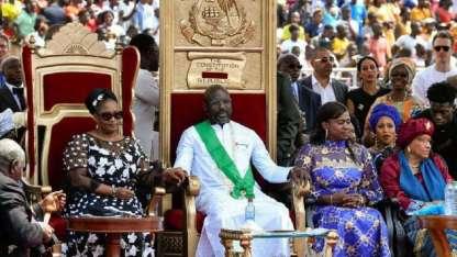 George Weah, flanqueado por su esposa Clar Weah (izq.), la vice electa Jewel Taylor y la ex presidenta Ellen Johnson Sirleaf (der.)