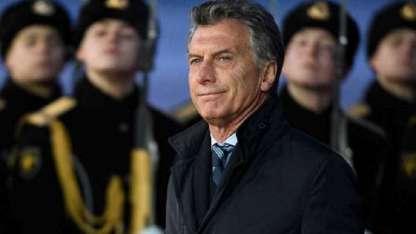 En la pista helada del aeropuerto, Macri fue recibido por la guardia presidencial.