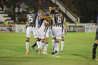 El Lobo festeja el primer gol del partido.