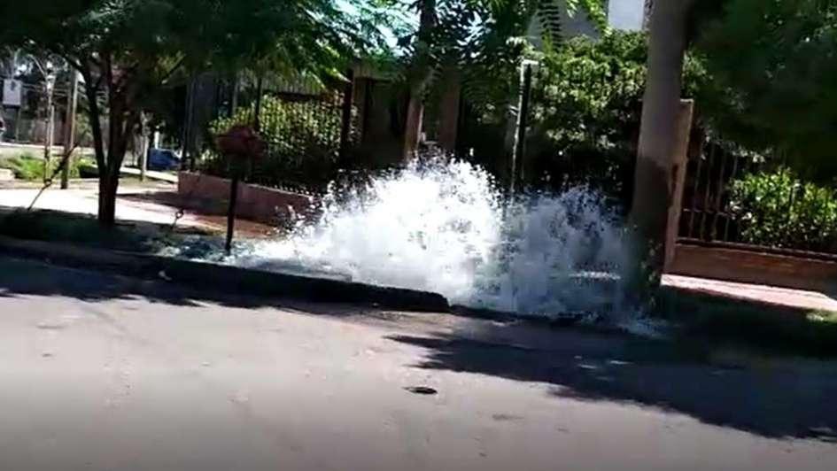 Video: un caño roto creó un increíble río en Guaymallén