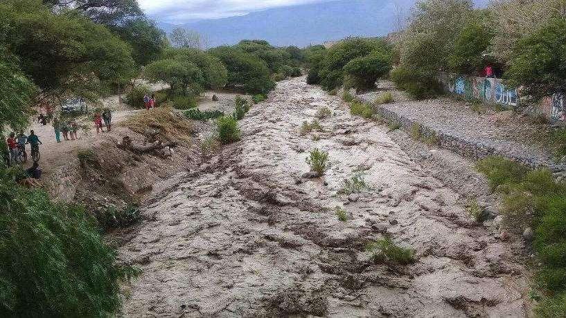 Fuerte crecida del río Amaicha, entre Tucumán y Catamarca