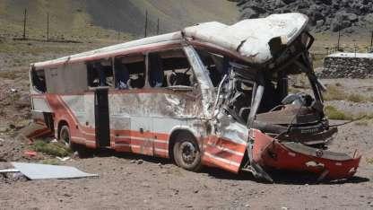 El colectivo de la empresa Meltur dio varios tumbos. Llevaba 35 pasajeros.