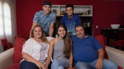 """Paulina en su casa con sus padres y sus hermanos, quienes la """"escoltan"""" todo el día."""