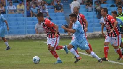 Los jugadores de Huracán la pasaron mal a la salida del partido con el Celeste.