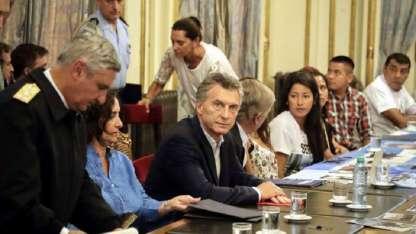 Algunos de los familiares se quebraron y lloraron ante Macri, quien prometió ampliar el área de búsqueda.